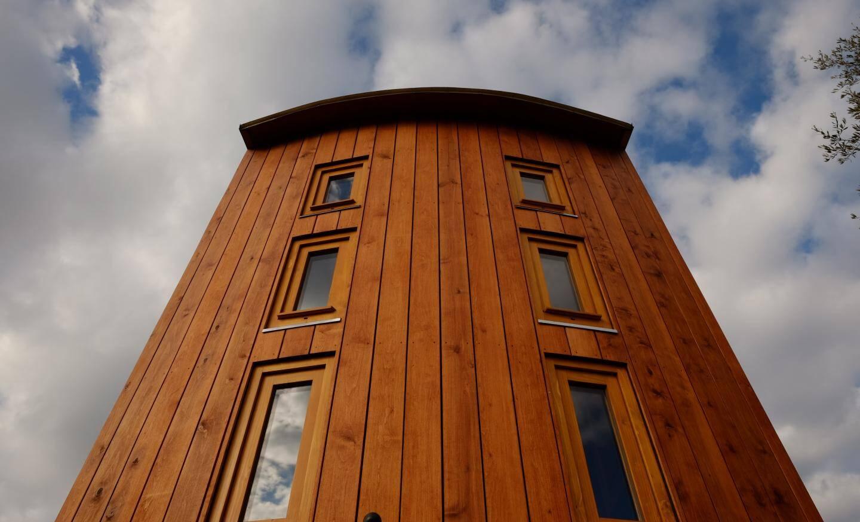 La structure de la maison est en épicéa, et le bordage en aulne.