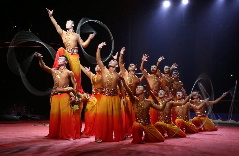 La troupe acrobatique chinoise de Xinjiang, récompensée par un clown d'argent.