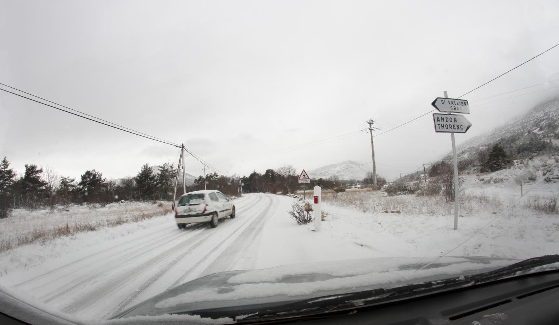 Au croisement de la route de Saint-Vallier et du chemin des Claps. La neige tombant à gros flocons a vite recouvert les routes de montagne, ici à Caussols, à l'embranchement de la route d'Andon.