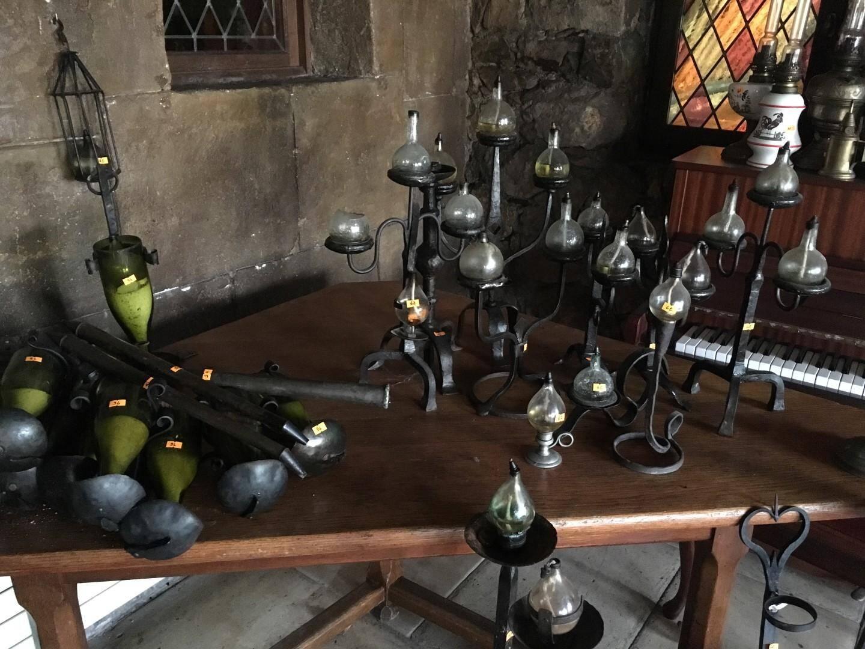 Cuivres, lanternes ou encore chandeliers décoraient la salle de restaurant.