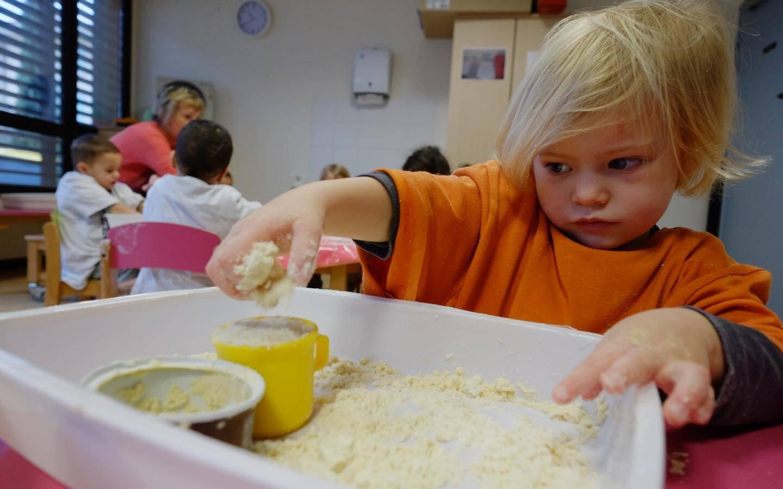 """""""On aime bien les faire jouer avec de la farine, de la maïzena et de l'huile d'olive"""", explique Élizabeth Courtot, aide auxiliaire."""
