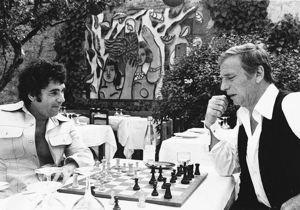 Une partie d'échecs avec Claude Nougaro, devant la céramique de Fernand Léger.