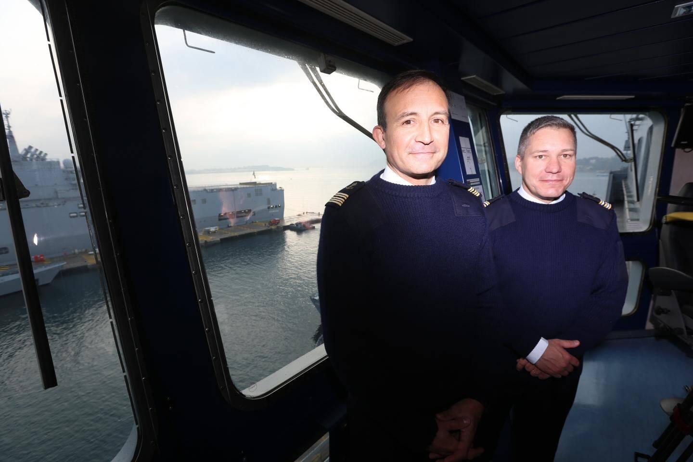 Stanislas de Chargères, ici à côté du capitaine de la frégate Courbet Xavier Bagot (à droite), est commandant du Mistral depuis 2016.