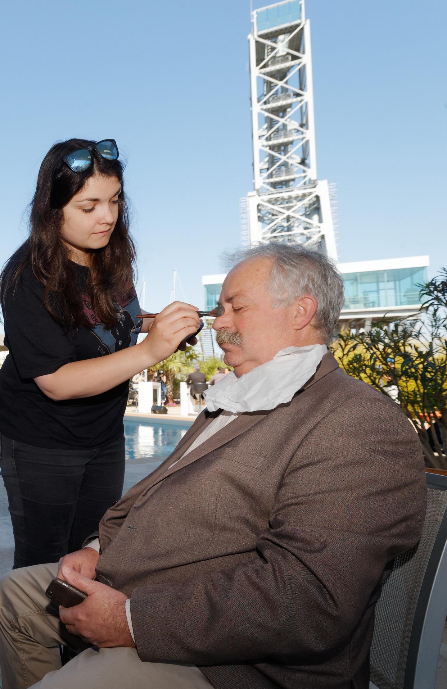 Séance maquillage avant tournage pour le maire de La Seyne, l'un des premiers invités de Var Azur TV.