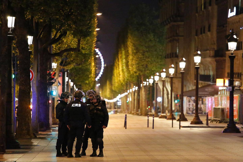 Les Champs-Elysées, vides.