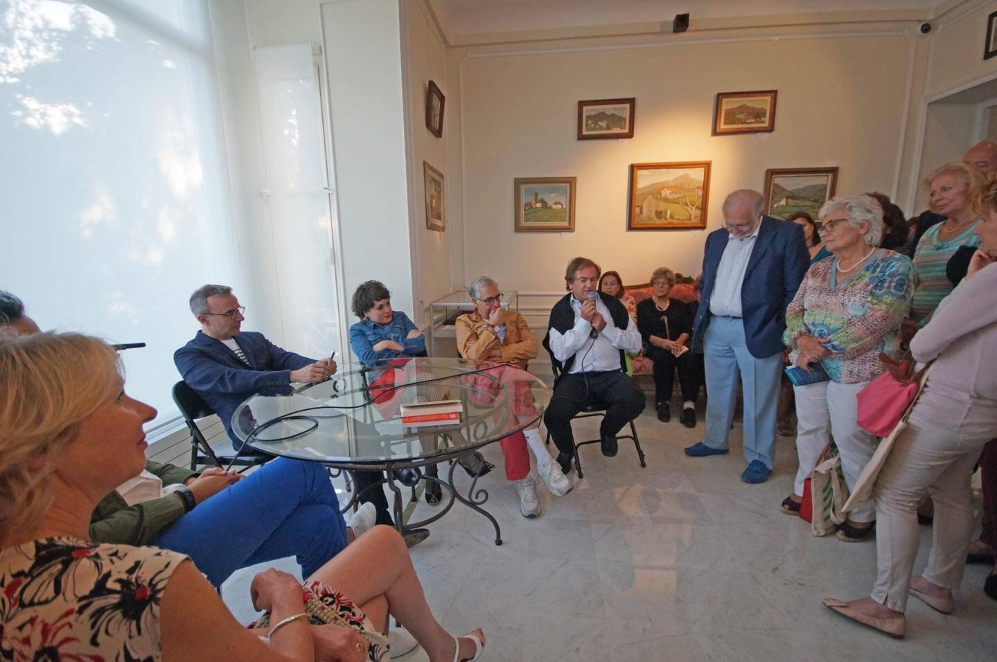 Les organisateurs de la soirée (de gauche à droite) : Hélène Bonnafous de la Villa les Camélias, Xavier Beck, maire de Cap-d'Ail, et Nathalie Iris de la librairie les Mots en Marge.