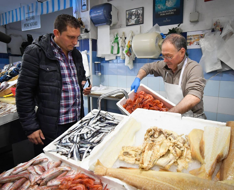 Chez le poissonnier, Dominique Lory achète ses gamberoni.