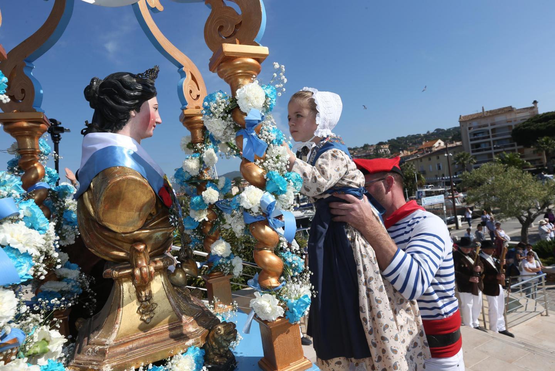 Très appliquée, Maïly a remis la couronne de fleurs à la Sainte-Maxime.