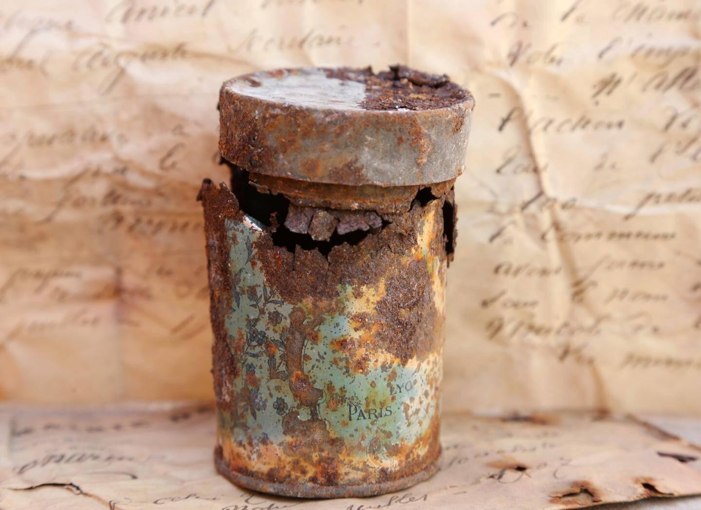 La boîte rouillée dans laquelle a été retrouvée la lettre.