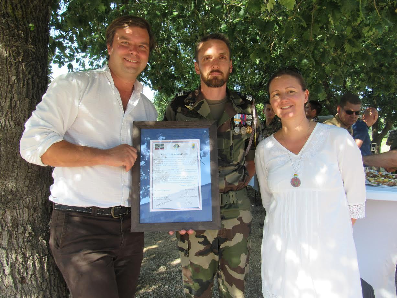 Alberic Philipon, son épouse et le capitaine Sousse présentent la charte.