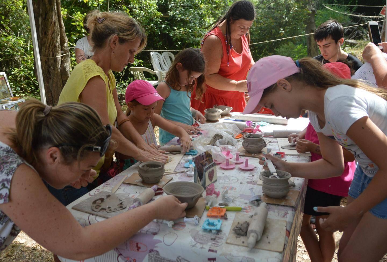 L'atelier « pompons gourmands » comme ceux du potier et des articles en céramique a été apprécié des enfants.