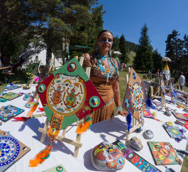 Sacajawa, artiste plasticienne est une descendante de la nation indienne des  Shoshones par sa grand-mère. Ses œuvres sont colorées et pleines des symboles indiens.