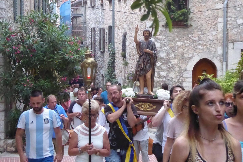 Organisée par le Père Adrian, la procession s'est déroulée en quatre stations dans les ruelles du village.