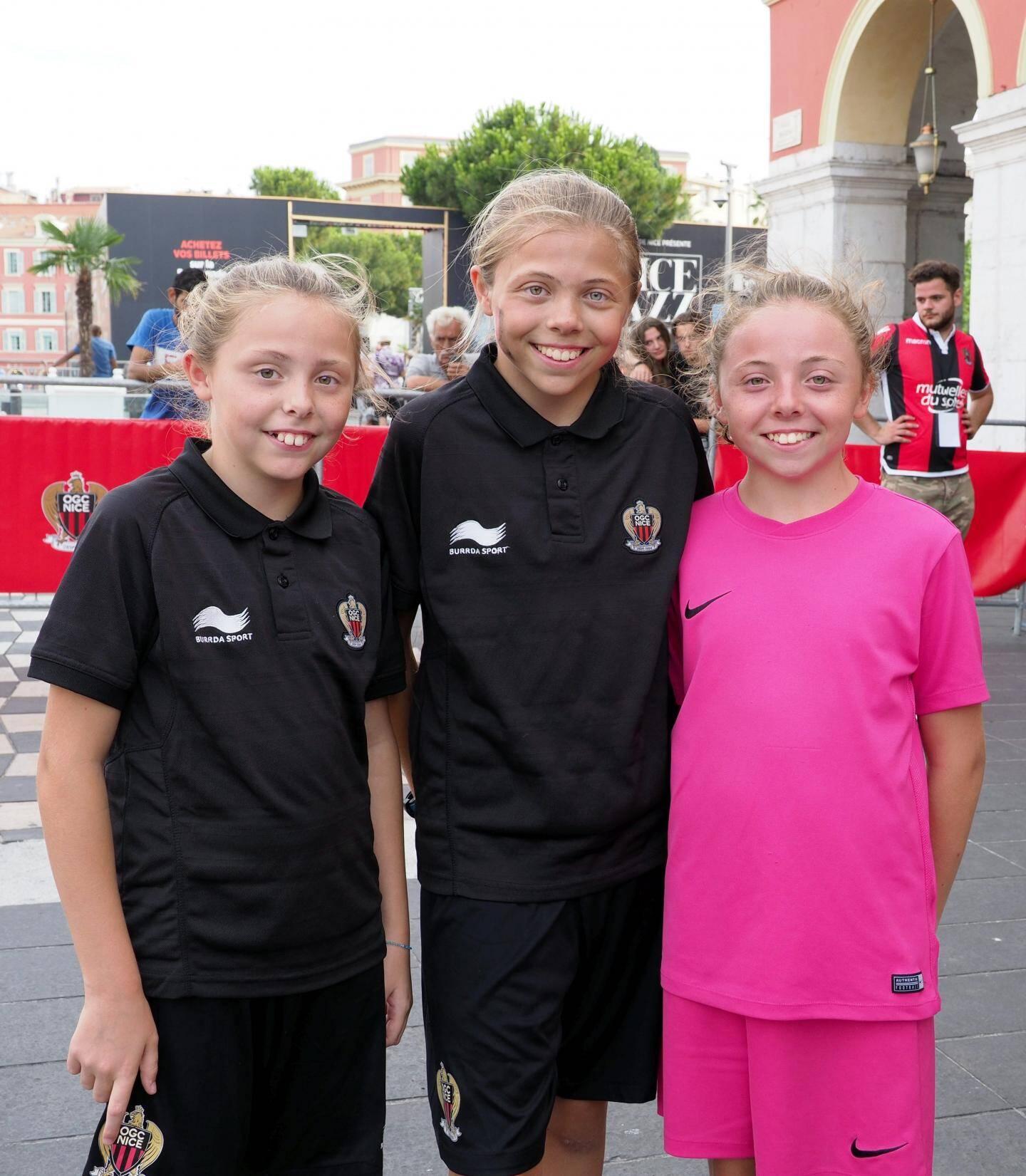 De gauche à droite, Elsa, Victoria et Deborah : trois sœurs et trois jolis minois fans du Gym ! « On passe une super journée, note Victoria. Ce que je préfère, c'est les tirs au but (un jeu d'adresse). On s'amuse bien et en plus on voit les joueurs de près ».