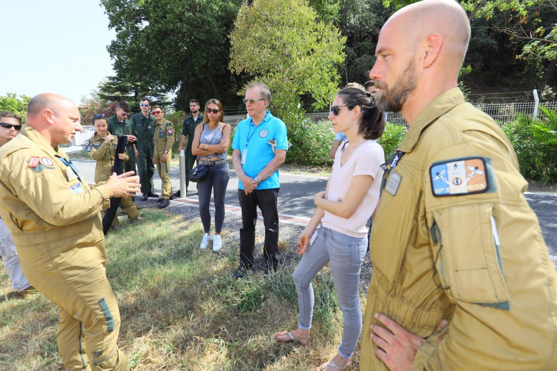 Ci-dessus, à gauche, un pilote instructeur, le lieutenant de vaisseau Samuel, en charge de la présélection des recrues, détaille les qualités requises.