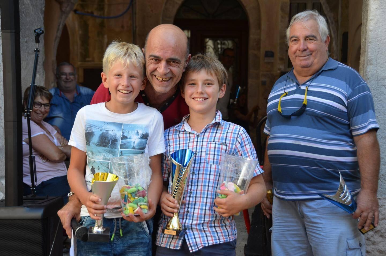 Jean-Luc Cloupet, président du comité des fêtes, récompense (de g. à dr.) Yannick et Archie, l'équipe d'enfants.
