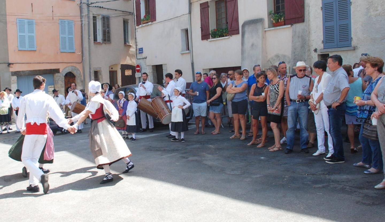 L'apéritif était animé par des danses folkloriques.