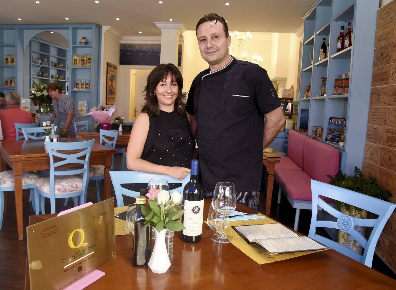 Silvio et Alice Nocciela, qui font leur marché tous les jours en Ligurie, de l'autre côté de la frontière, ont reçu la plaque Ospitalità Italiana certifiant la qualité des produits et du service.