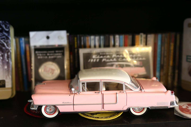 L'incontournable  et remarquable Cadillac rose  du King.
