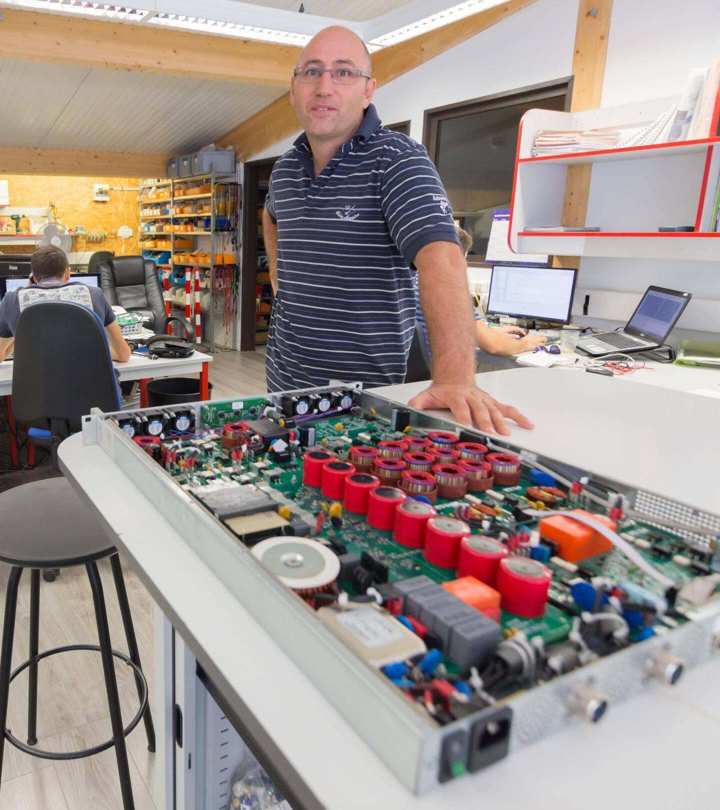 Roland d'Authier, dans son entreprise de Sophia Antipolis, a conçu les dispositifs électroniques qui rendent les futures routes photovoltaïques plus sûres.