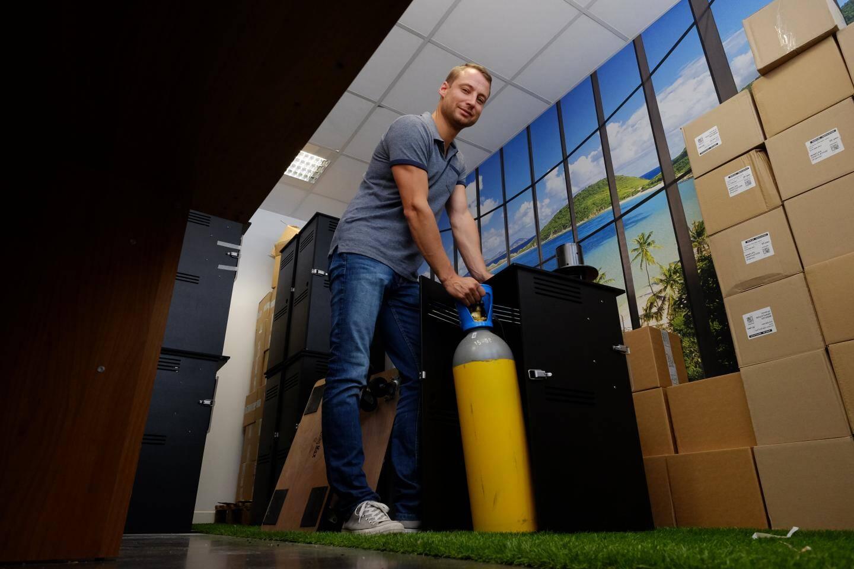Avec du CO2 et des huiles essentielles, la machine simule l'odeur humaine pour piéger les moustiques.