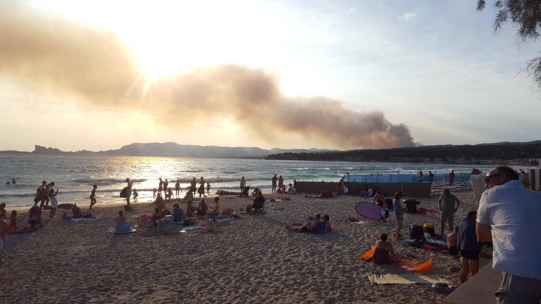 Le feu d'Aubagne vu de la plage de Saint-Cyr
