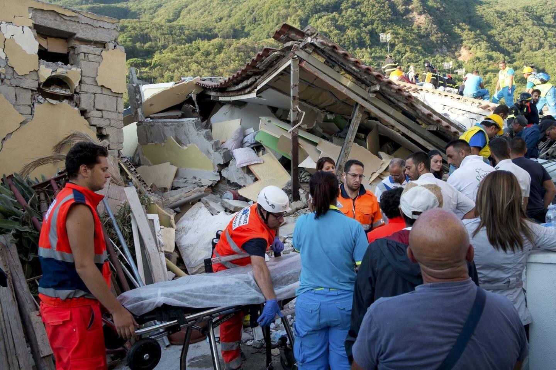 Les secours au lendemain du tremblement de terre.