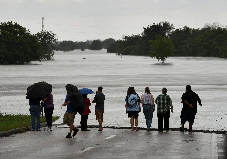 Des habitants regardent le niveau de l'eau monter à proximité du réservoir Barker.