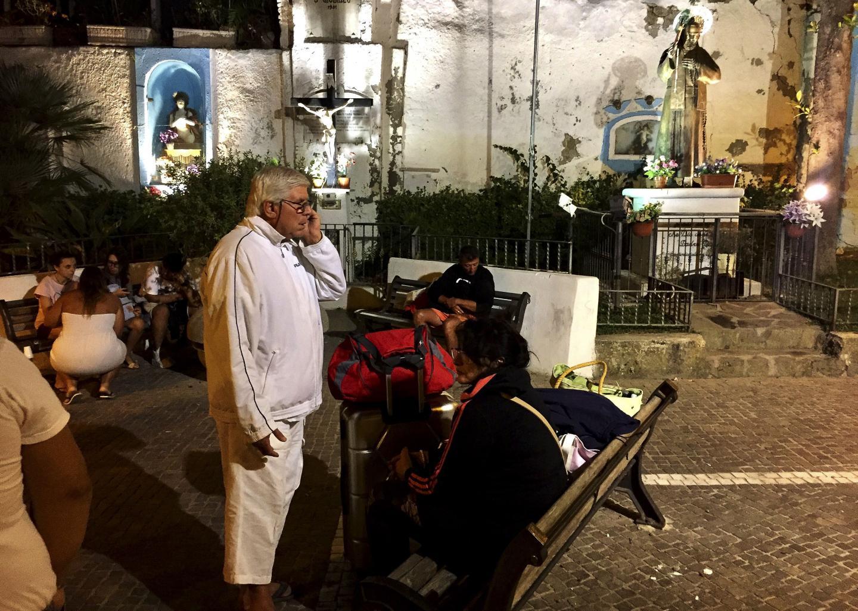 Les gens se rassemblent et attendent dans la rue après le séisme qui a frappé la populaire île italienne d'Ischia, au large des côtes napolitaines.