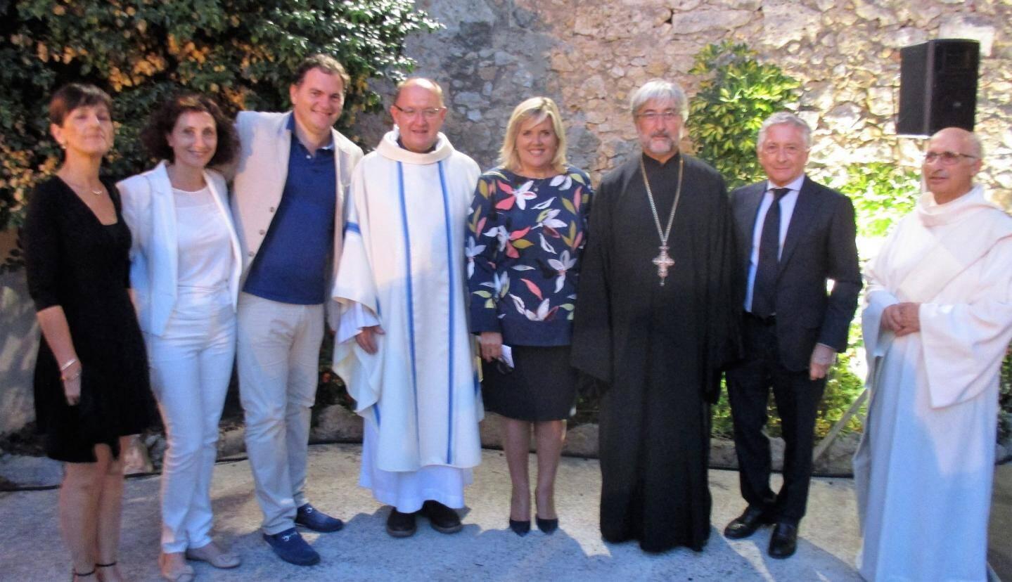 Le père Bernard et l'archiprêtre Michel entourés de Michèle Tabarot, Yves Pigrenet, Philippe Tabarot et Muriel Di Bari.