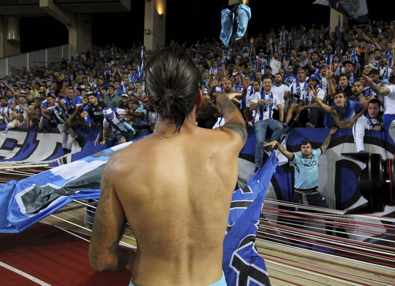 Une victoire 3-0 au stade Louis-II, cela valait bien un maillot offert au public portugais.