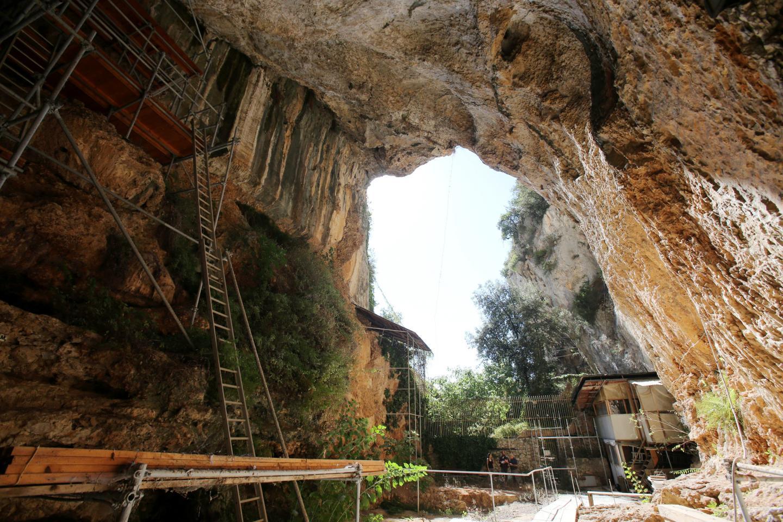 La grotte a été achetée en 1892 par le prince Albert Ier. Il a fallu cinq ans à l'époque, pour déblayer la cavité de ses sédiments.