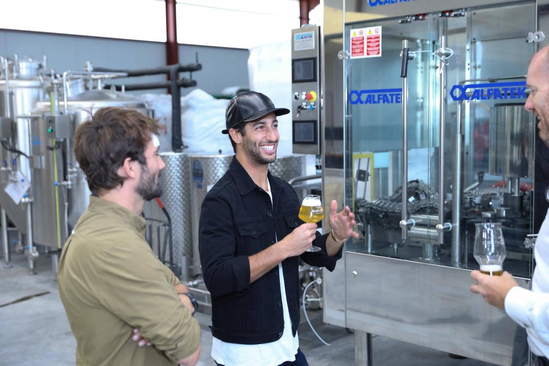 Daniel Ricciardo, en visite dans l'usine.
