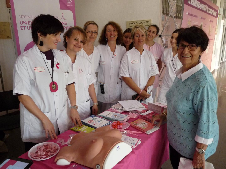 Face à une visiteuse, le Dr Azua et l'équipe très motivée.