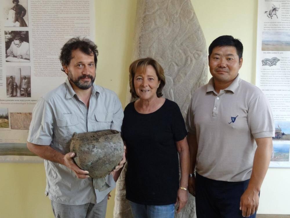 Autour d'Elisabeth Gramaglia Gondeau, consul honoraire de Mongolie à Monaco, Jerome Magail et Jamyian Ombo Gantulga présentent le chaudron découvert à Tsatsyn Ereg.