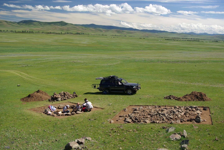 Des tumuli de pierres indiquent les emplacements d'anciennes sépultures.