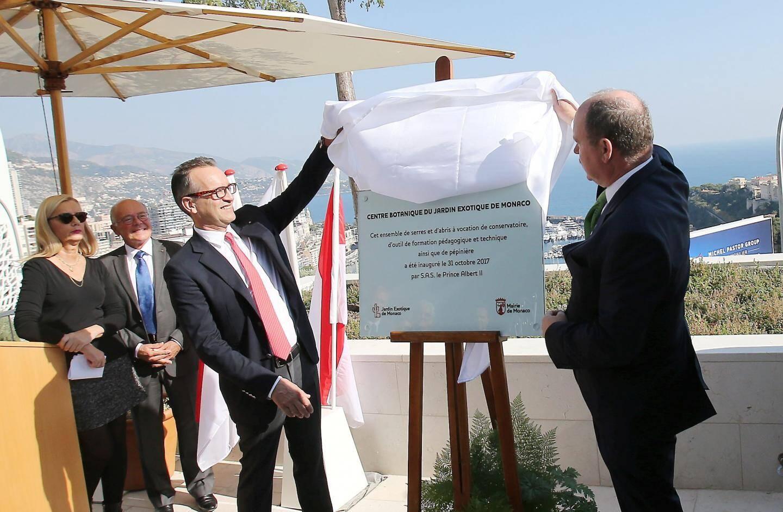 Le souverain et le maire ont dévoilé la plaque qui sera fixée à l'entrée du bâtiment.