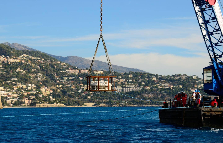 Transportés par voie d'eau jusqu'au Larvotto, les récifs ont ensuite été immergés dans la réserve naturelle, à 27 mètres de profondeur.