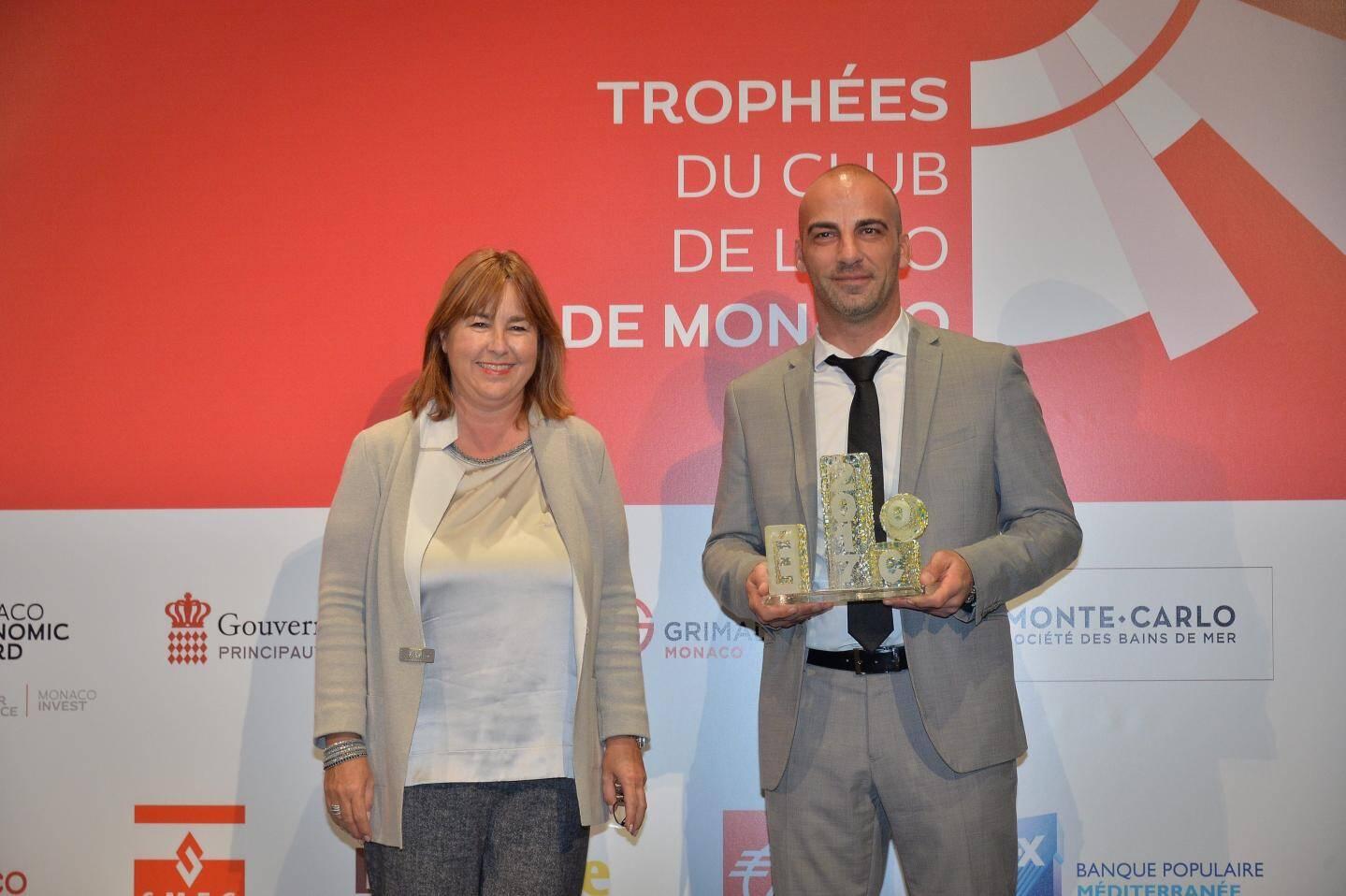 Wenaël Regnier, le directeur général de Semco, a reçu le trophée des mains de Marie-Pierre Gramaglia, conseiller de gouvernement-ministre de l'Équipement, l'Environnement et l'Urbanisme.