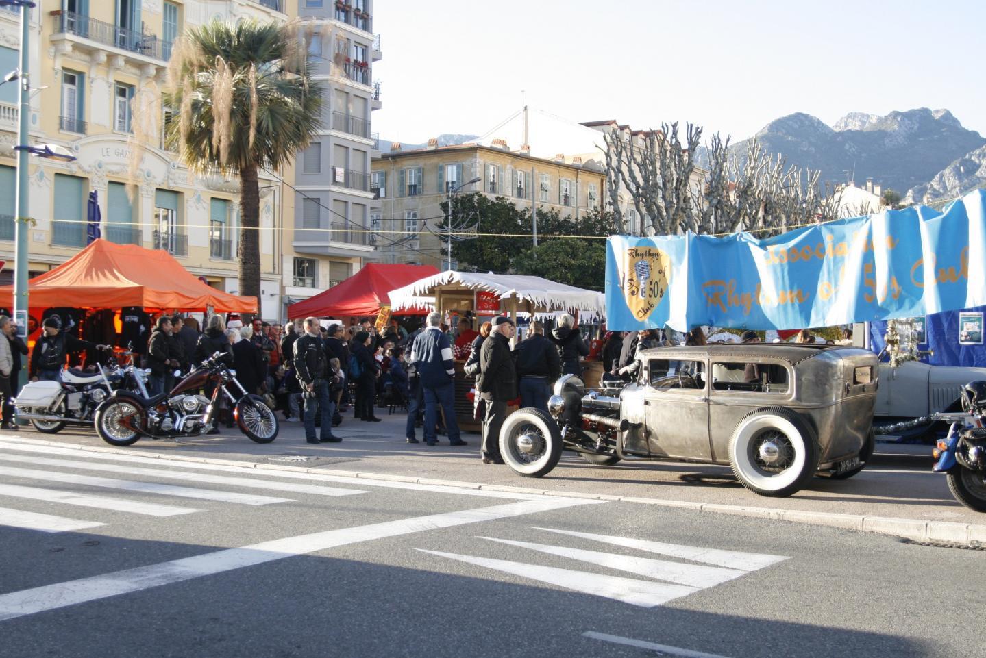 Le village de Noël aux influences « retro » installé en face du casino a attiré un flot continu de visiteurs.