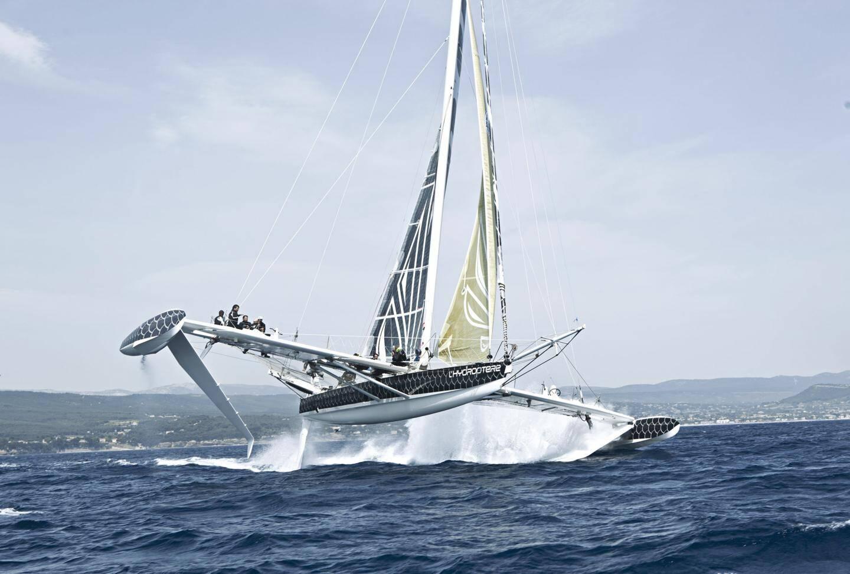 Les 5 corsaires de l'Hydroptère prêt à s'attaquer au record du monde du Pacifique.  Jean Le Cam, Jacques Vincent, Alain Thébault, Yves Parlier et Luc Alphand.