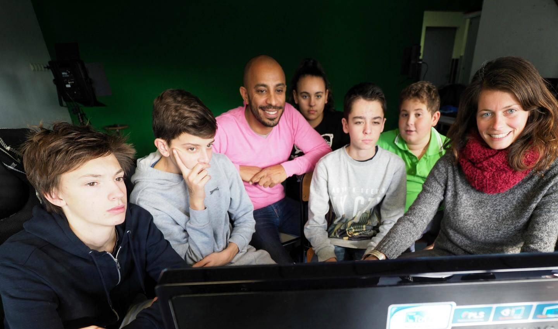 Avec ses élèves en cours de montage vidéo.