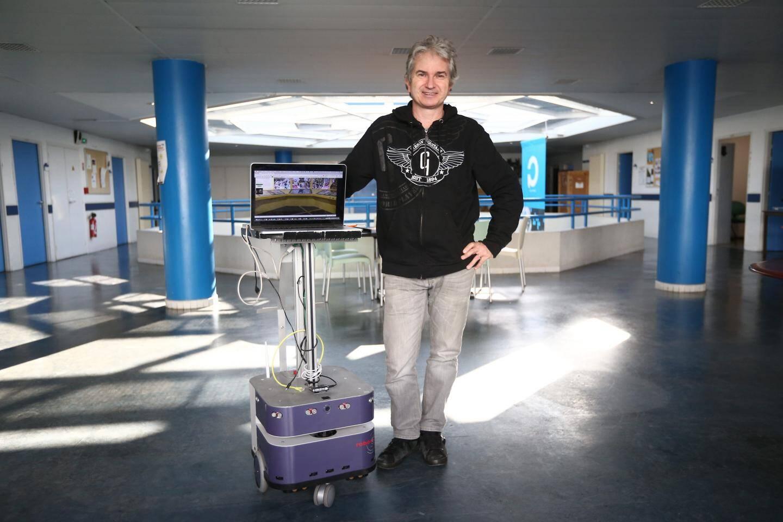Michel Buffa, enseignant chercheur à l'Université Côte d'Azur,  fait partie de l'équipe qui a mis au point un robot mobile intelligent qui propose des visites virtuelles des musées.