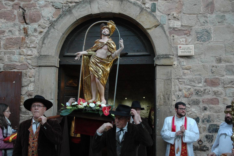 Le père Michaël Nachez bénissant la ville en présence d'Alain Parlanti et de nombreux fidèles.