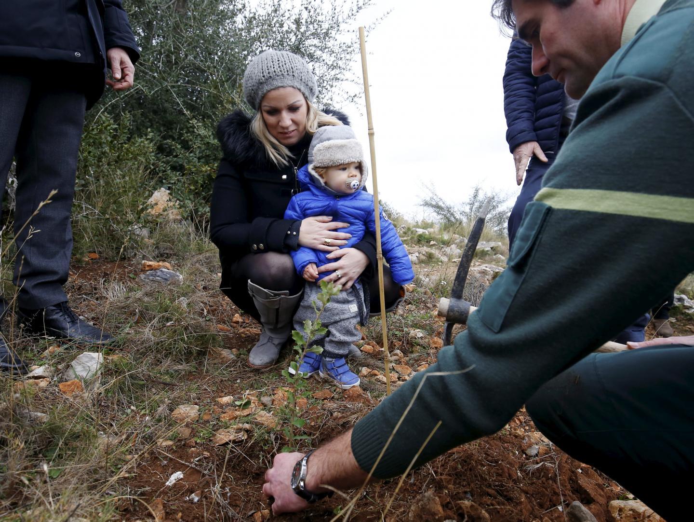 Khaleesi, 14 mois, et sa maman Emmanuelle ont, quant à elles, opté pour un érable de Montpellier, mis en terre au bord du sentier.