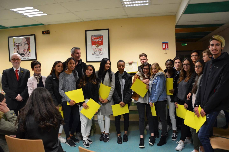 Les élèves sont appelés nominativement et par classe pour réceptionner le précieux diplôme.