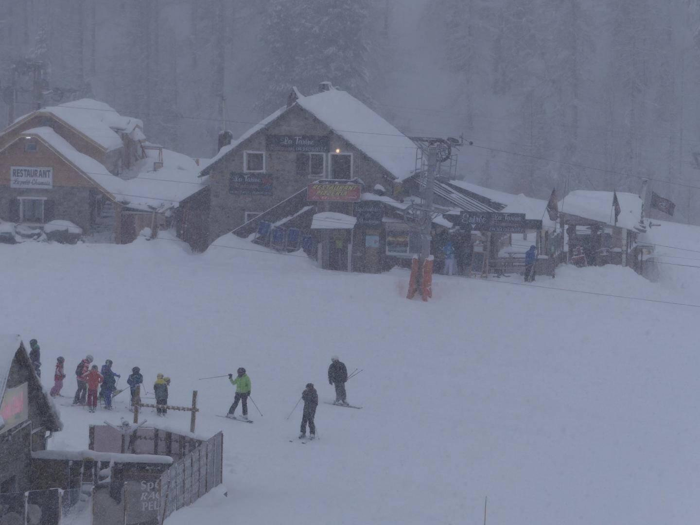 Les skieurs sous la neige ce lundi matin à Isola 2000.