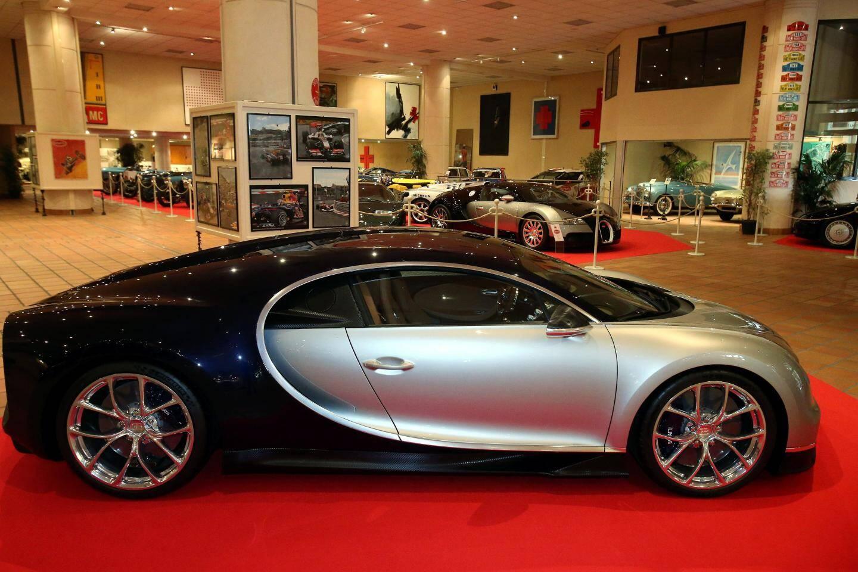 La Bugatti Chiron, conçue en Alsace, coûte environ 3 millions d'euros avec un temps d'attente estimé à trois ans et demi à la suite d'une commande.