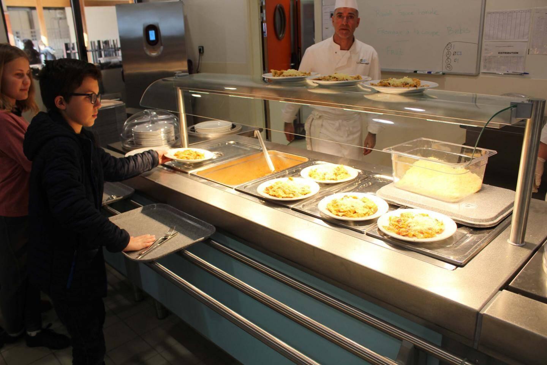 Le self-service a été pris d'assaut par les collégiens à l'heure du déjeuner.