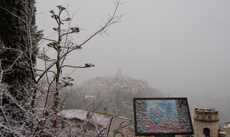 Le village médiéval de Saint-Paul de Vence sous la neige, perdu dans le brouillard.